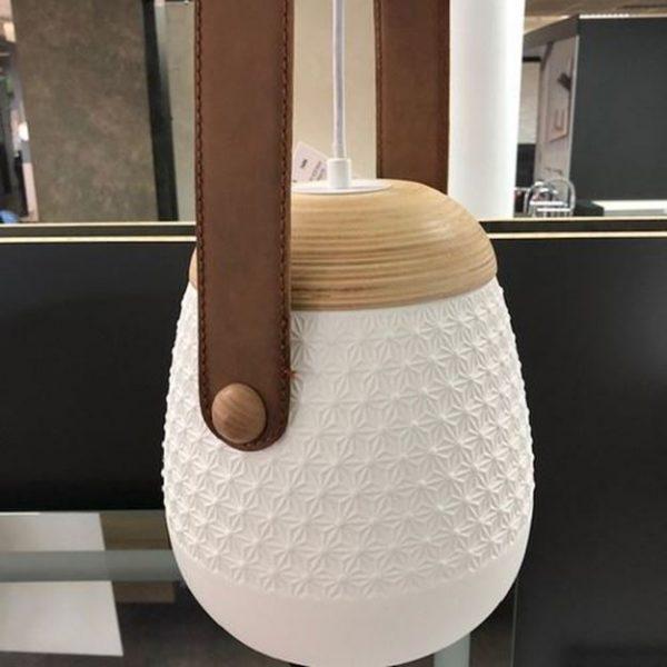 Moderna elegantna visilica Daisy izrađena od keramike, drveta i kože